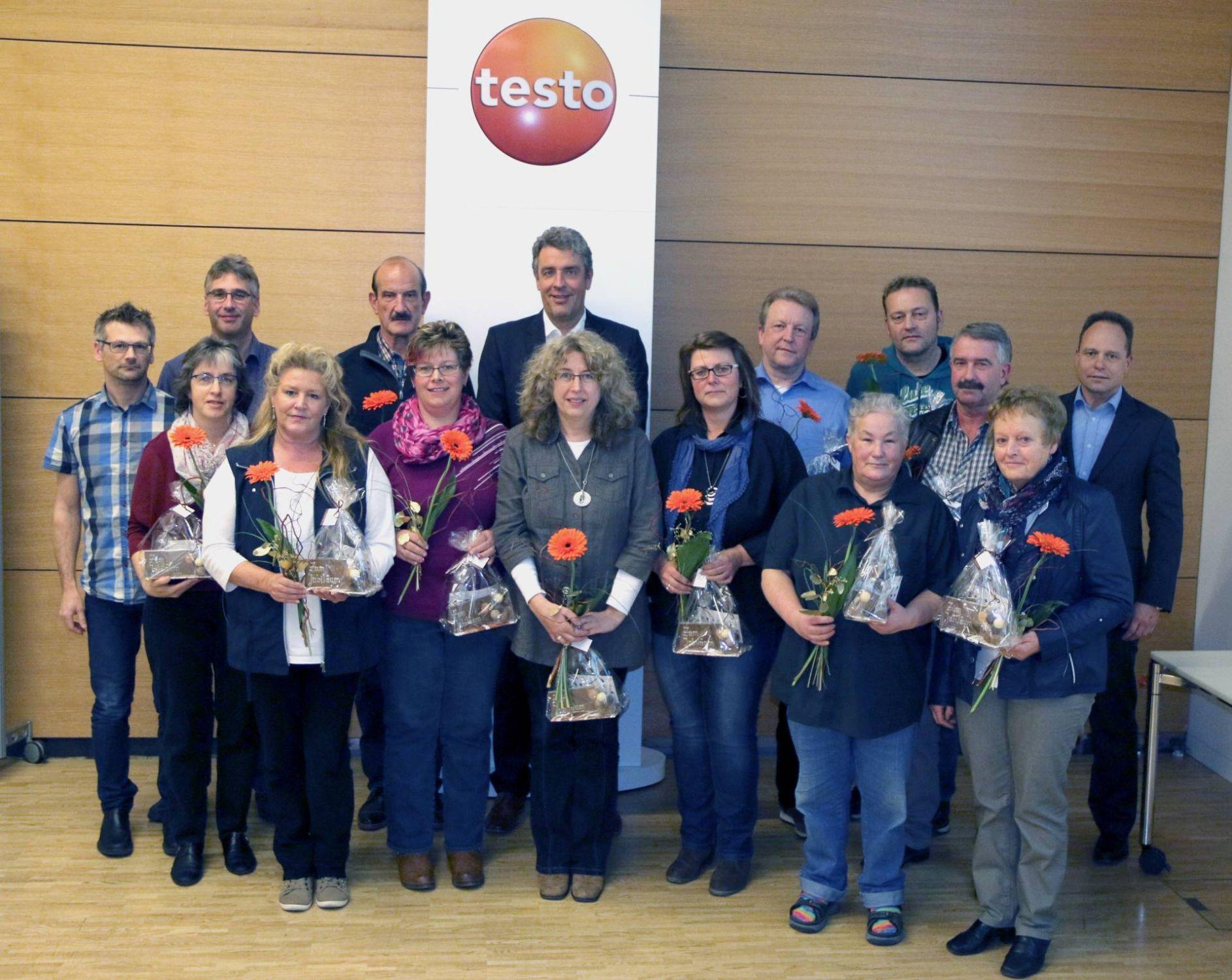 Die Jubilare der Testo AG ab 25 Jahren Betriebszugehörigkeit gemeinsam mit dem Vorstand der Testo AG.