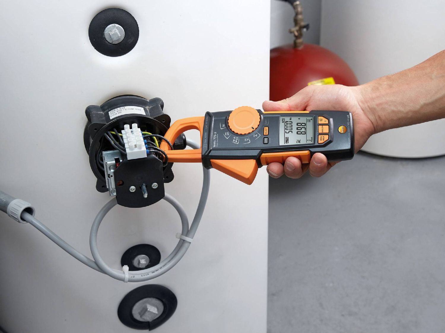 Test electrical installations with clamp meters
