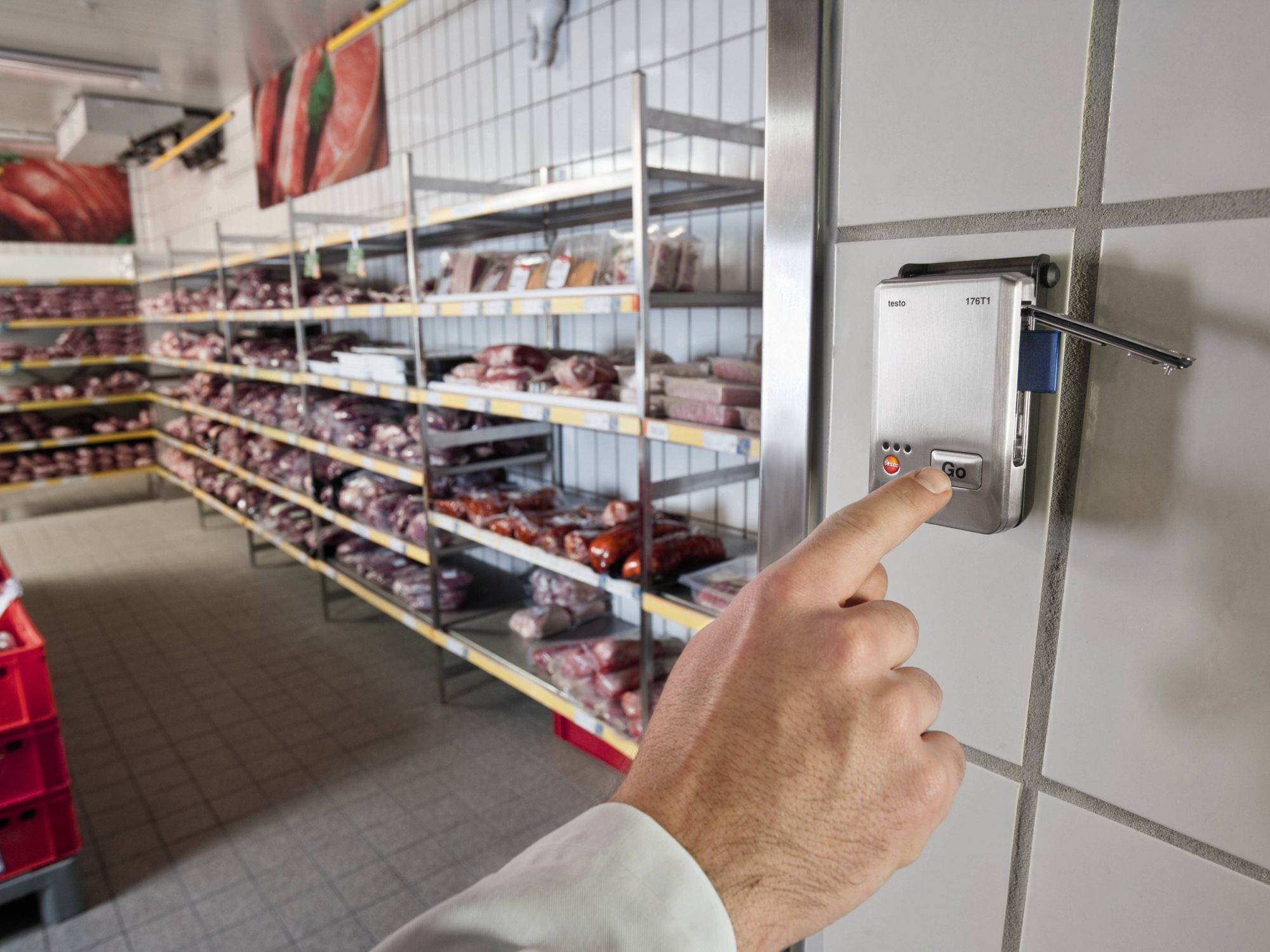 Food monitoring in storerooms
