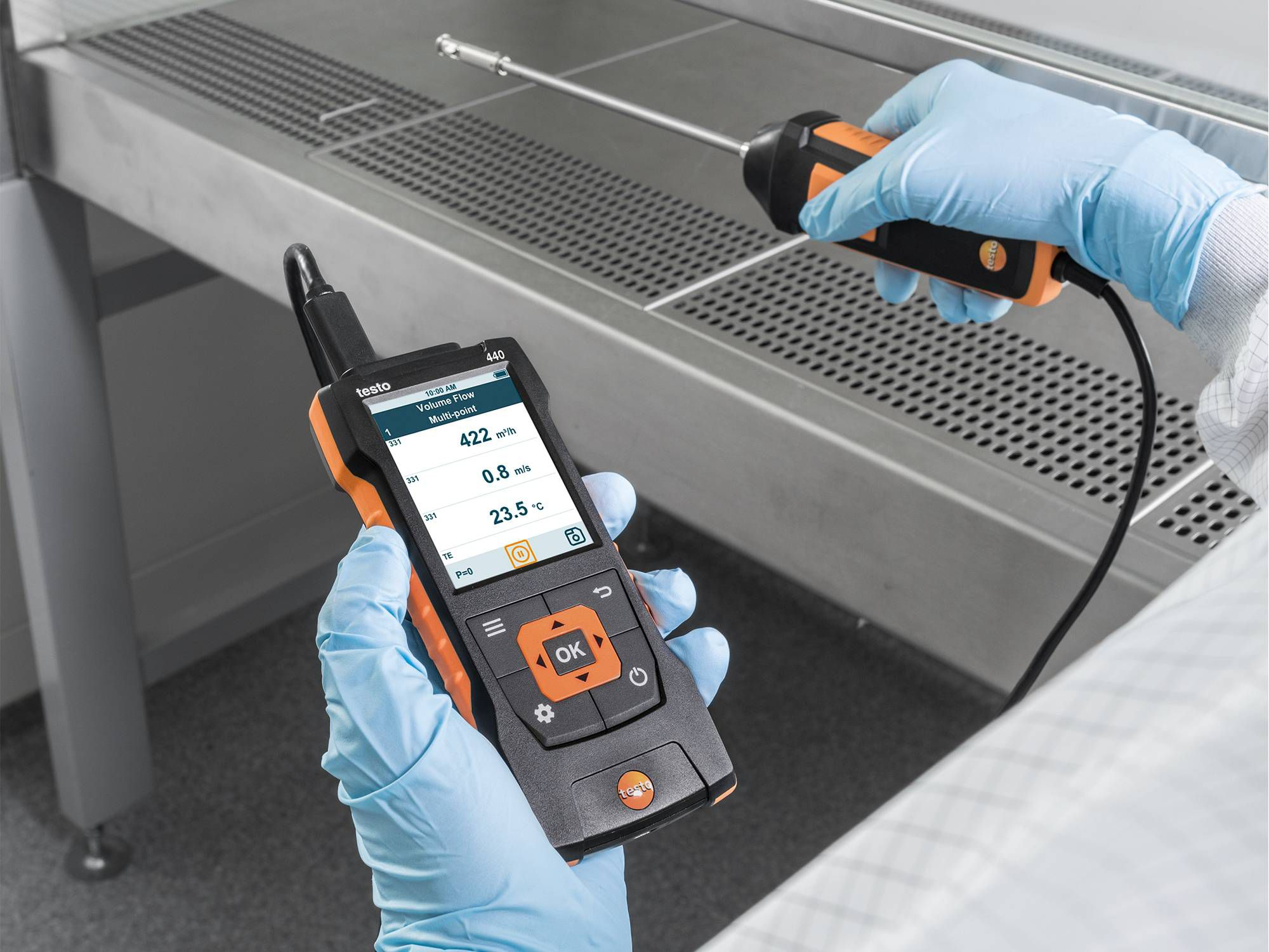 Measure air velocity in laboratories with the testo 440