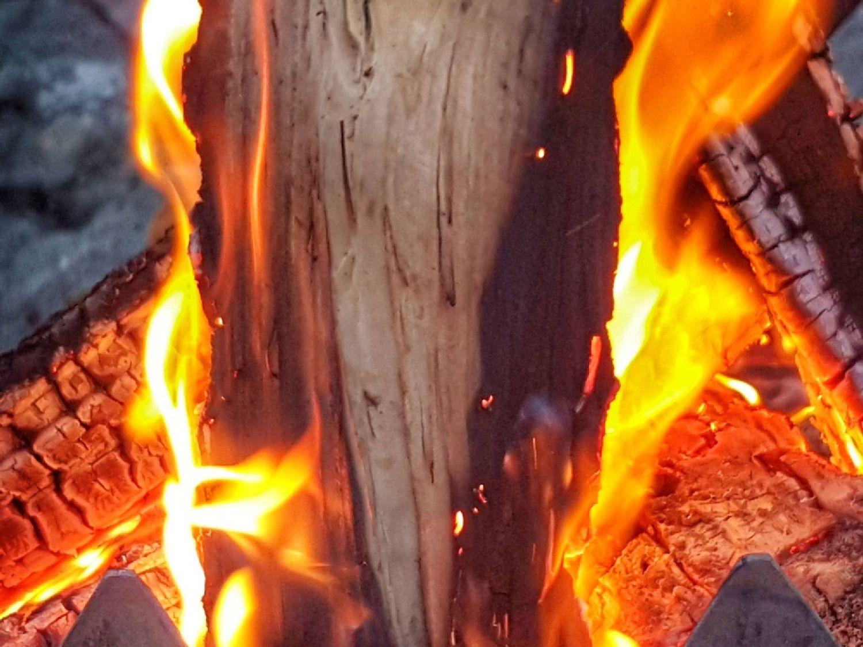 Ein Kaminfeuer verströmt angenehme Wärme, verursacht aber auch Feinstaub.