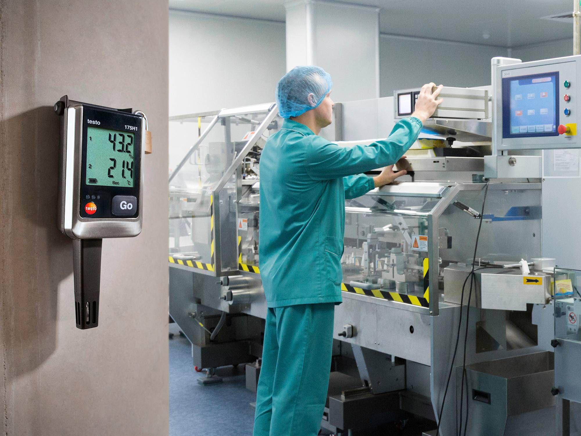 El registrador de datos testo 175 H1 supervisa la humedad en un almacén de ingredientes de la industria farmacéutica.