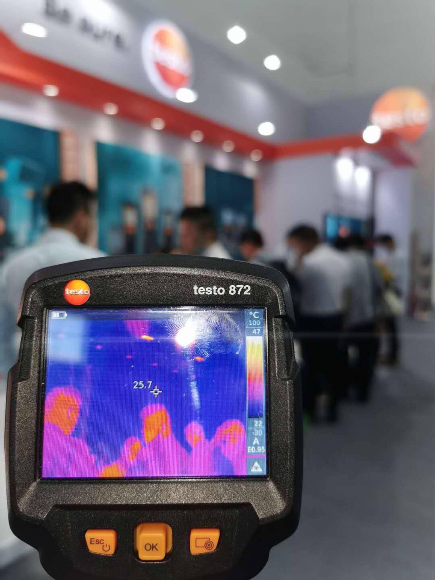使用德图红外热像仪对地暖系统进行检测。