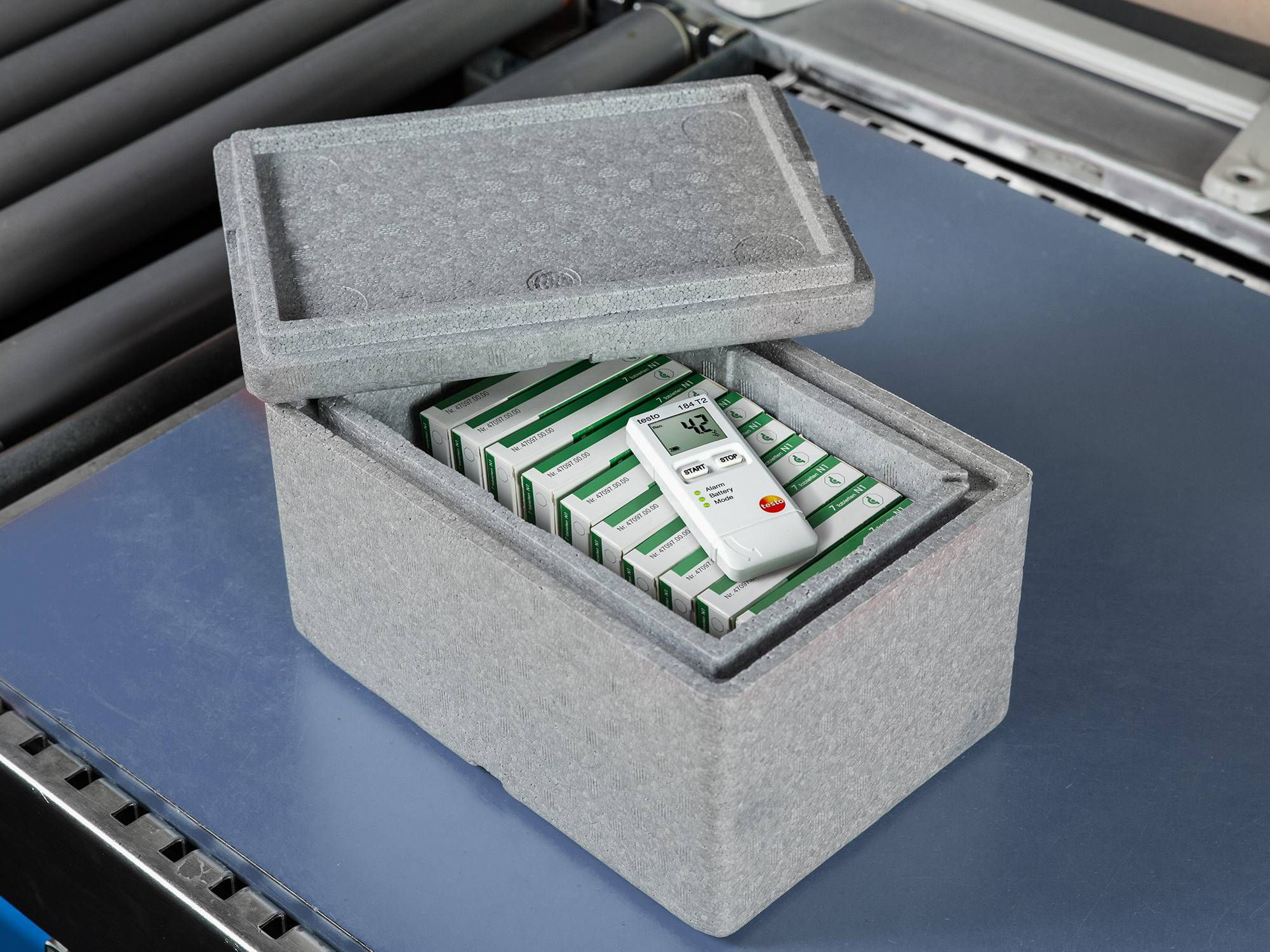 Transporting pharmaceuticals with data loggers for vibrations