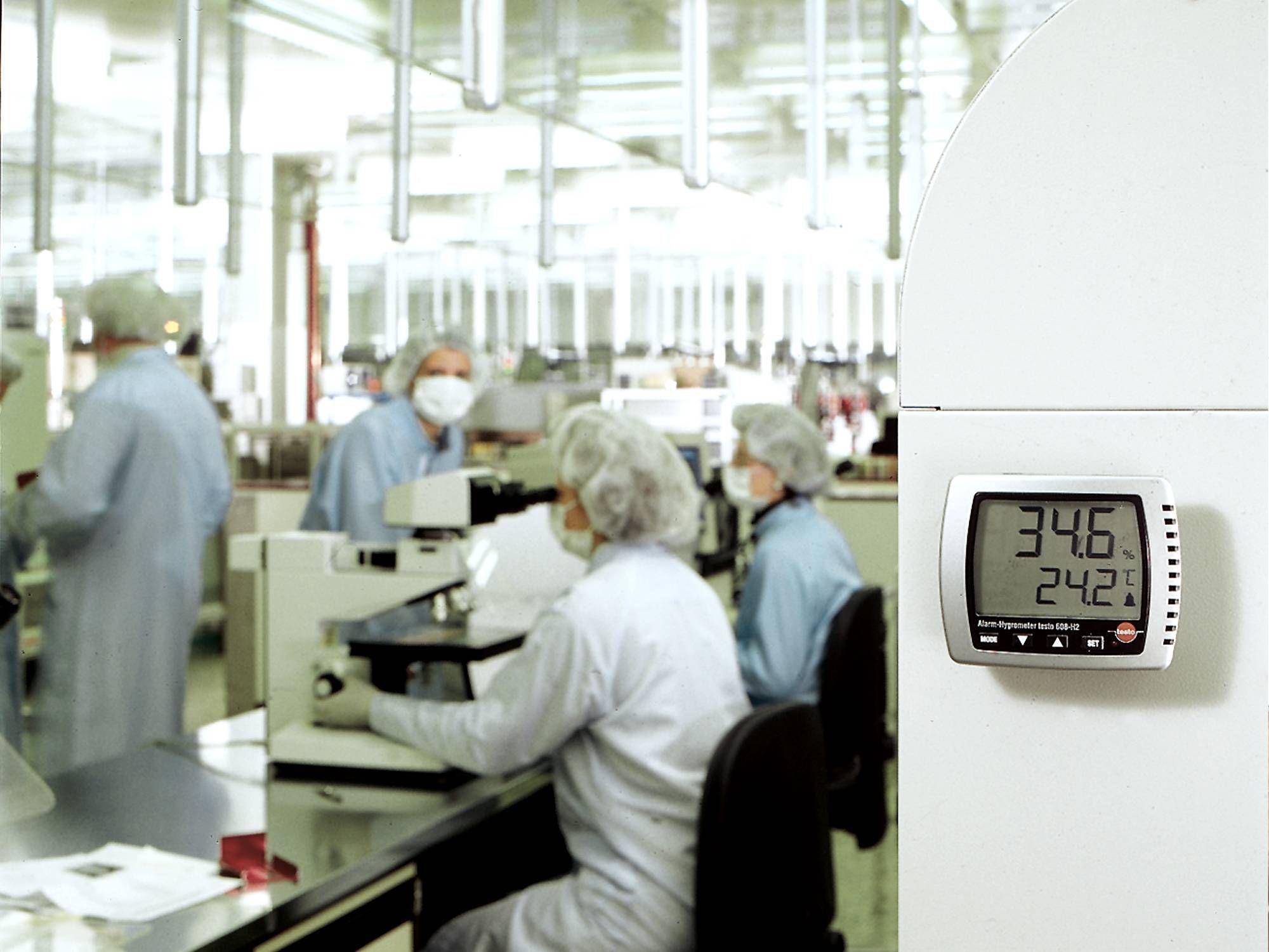 Un igrometro monitora l'umidità in un laboratorio di ricerca