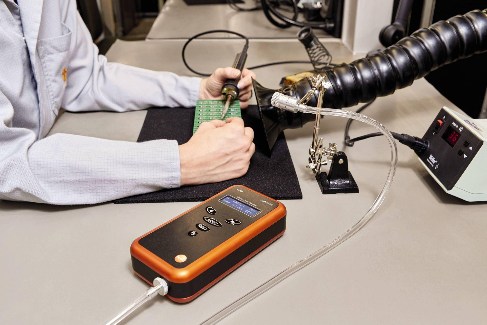 testo DiSCmini bei der Messung der Partikelbelastung beim Weichlöten
