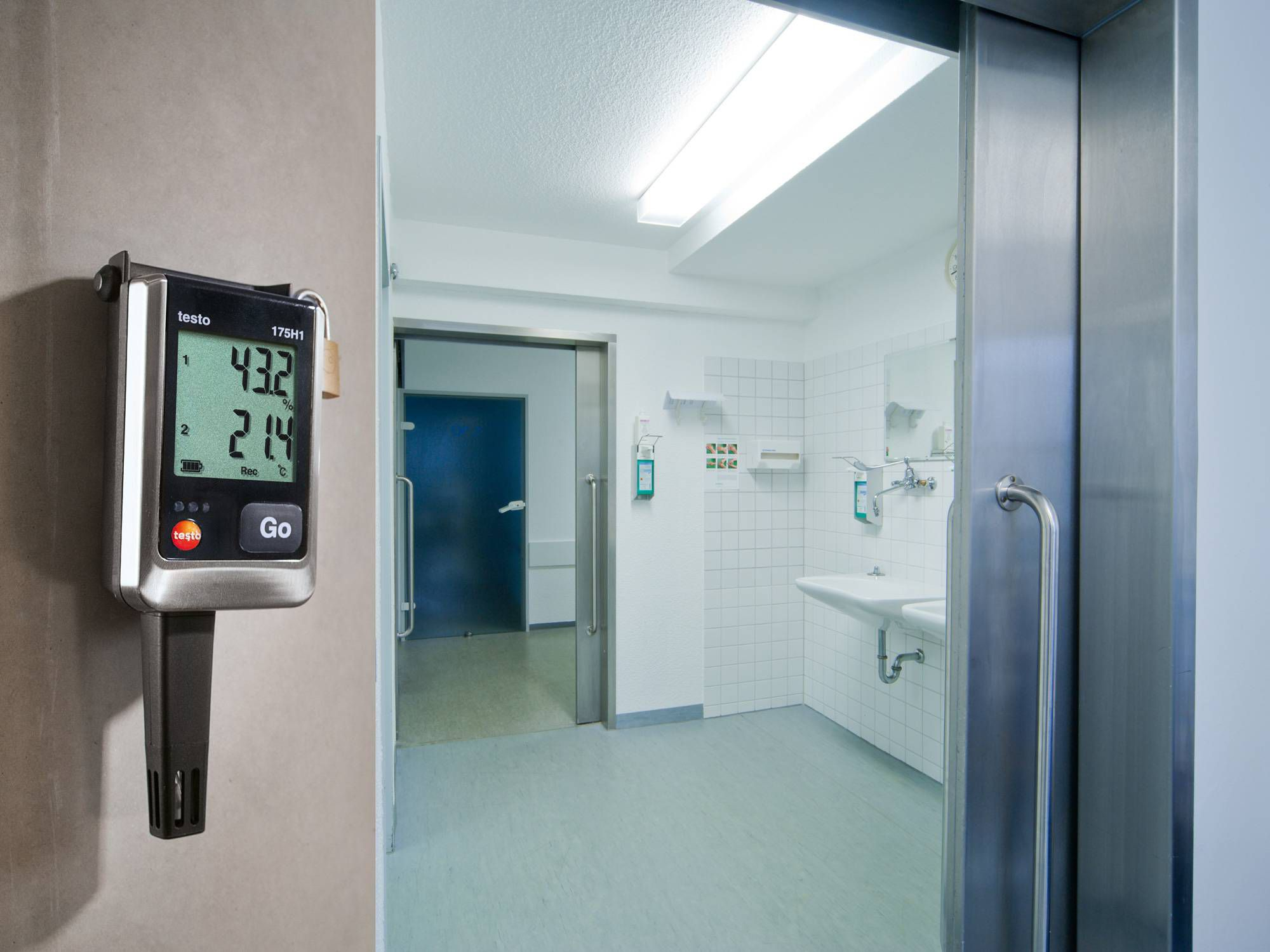 The testo 175 H1 data logger monitors temperature and humidity in an operating theatre