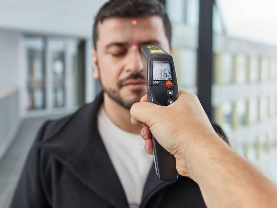 建议工业测温仪距离额头5到10厘米,测额头中部(不要忽远忽近,也不用紧贴额头,测不同位置温度会有浮动)。