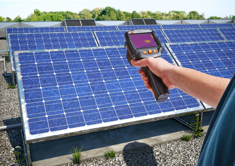 Inspección de paneles solares con la cámara termográfica testo