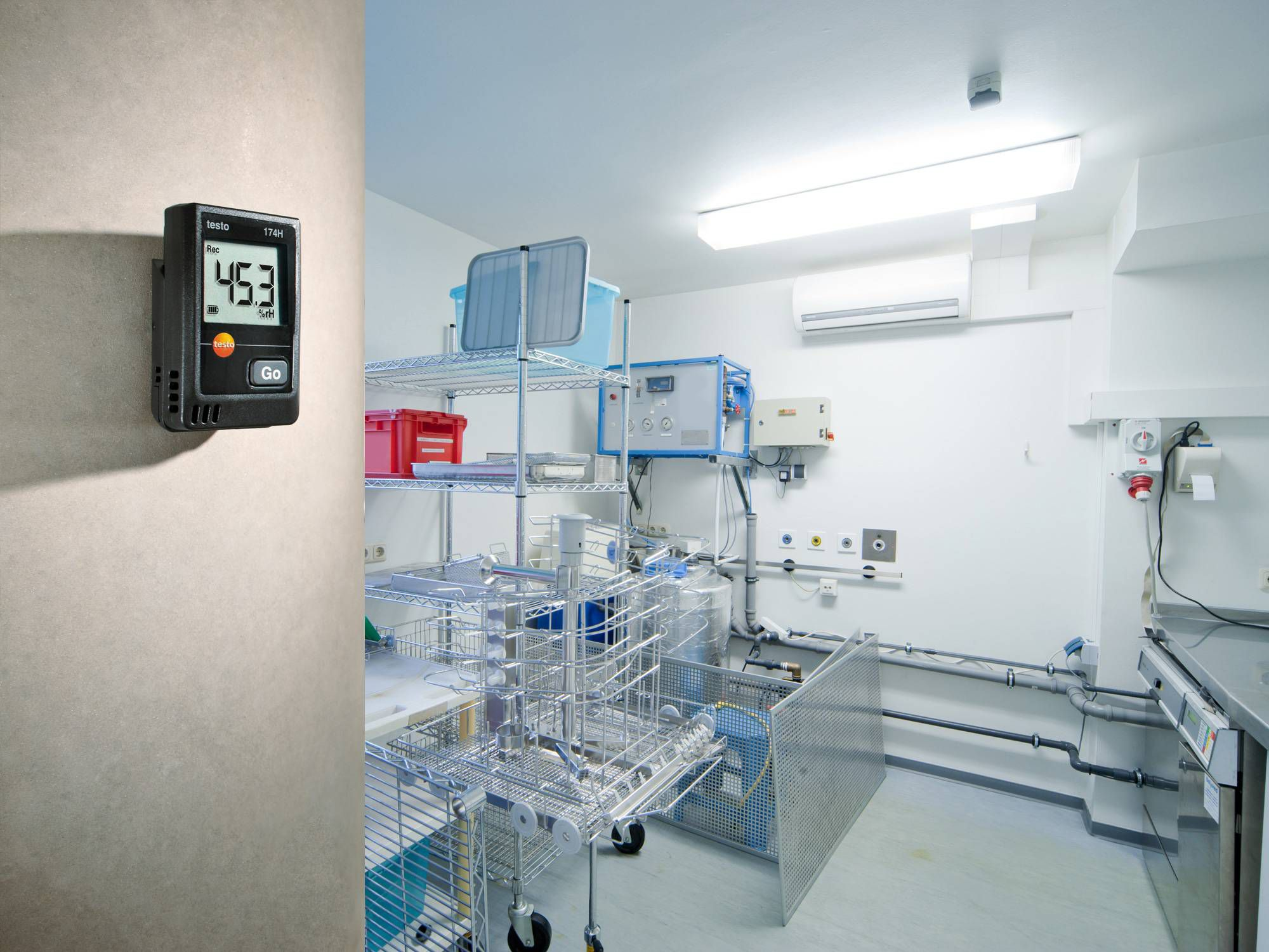 The testo 174 H data logger monitors a storage room in a hospital