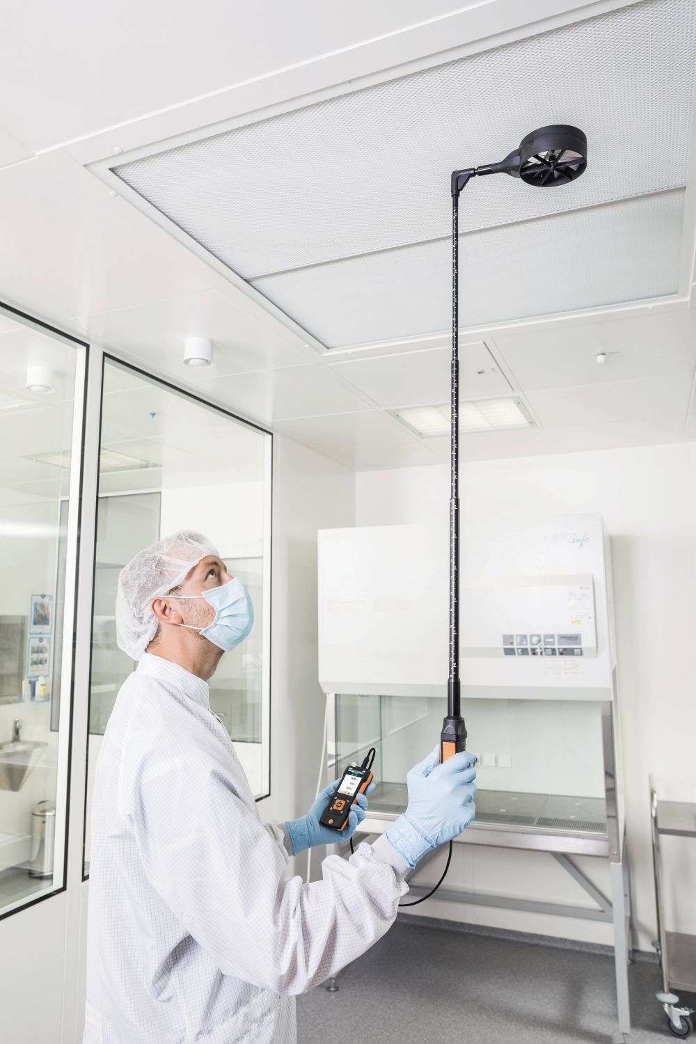 Laminar flow measurements in cleanrooms with high-precision vane probe and testo 440
