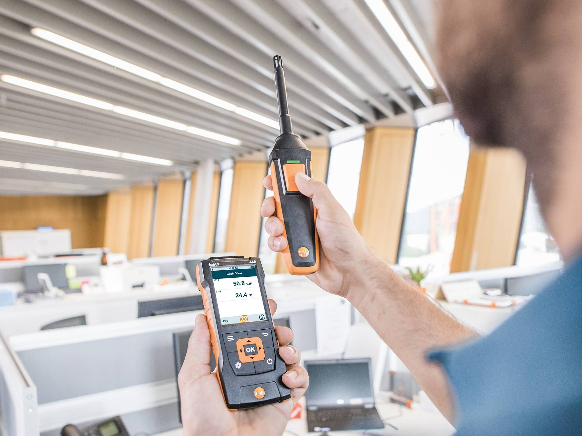 Measure humidity using the testo 440 air velocity & IAQ measuring instrument
