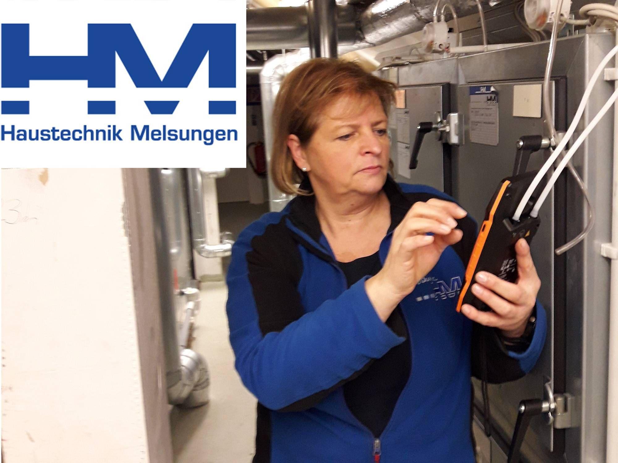 Annette Groth von der HM Haustechnik Melsungen Service GmbH testet das Klimamessgerät testo 400
