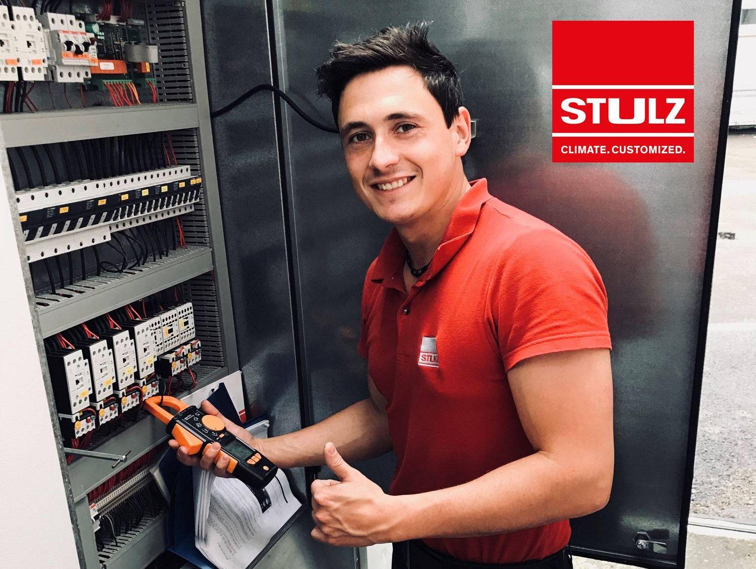 Testo-Produkttester Christoph Scholz mit der Stromzange testo 770-3