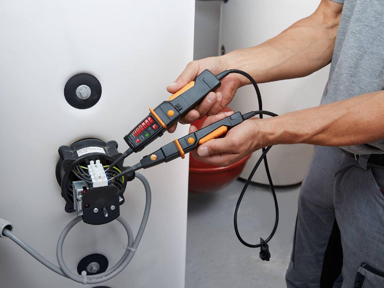 Mesure électrique aux installations de chauffage avec testeur de tension